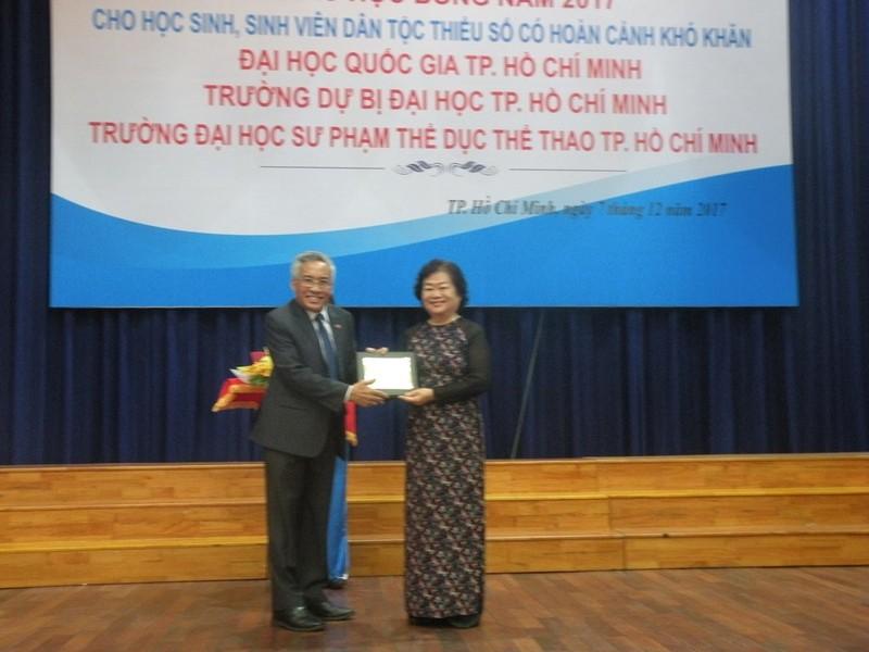 Quỹ Vừ A Dính trao 149 suất học bổng cho HS-SV - ảnh 1