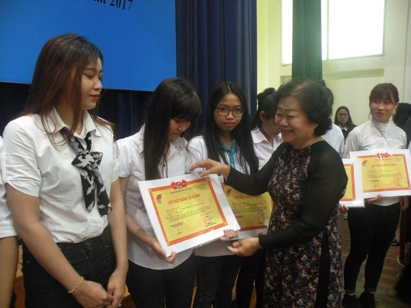 Quỹ Vừ A Dính trao 149 suất học bổng cho HS-SV - ảnh 2