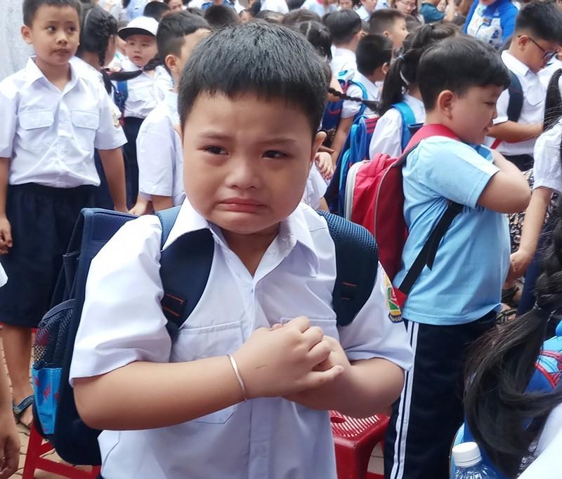 Một em nhỏmếu máokhi phải tạm biệt mẹ để đến lớp.