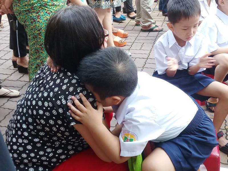 Một học sinh lớp 1 cứ ôm chặt mẹ không rời