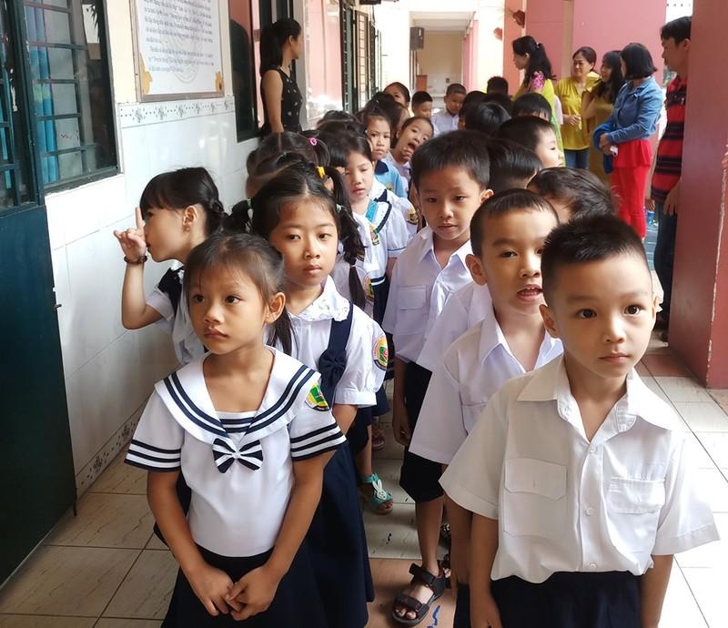 Cùng cô giáo tập xếp hàng