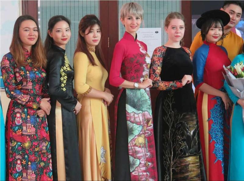 Ngắm sinh viên nước ngoài duyên dáng trong tà áo dài Việt Nam - ảnh 2
