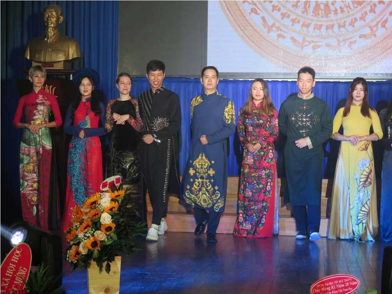 Ngắm sinh viên nước ngoài duyên dáng trong tà áo dài Việt Nam - ảnh 3