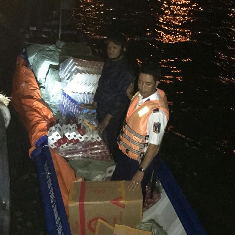 Hơn 17.000 gói thuốc lá lậu trên thuyền không số - ảnh 1