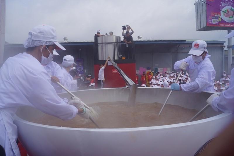 Cận cảnh tô phở bò 1,3 tấn, lớn nhất thế giới của Việt Nam   - ảnh 3