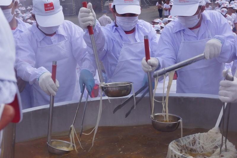 Cận cảnh tô phở bò 1,3 tấn, lớn nhất thế giới của Việt Nam   - ảnh 2