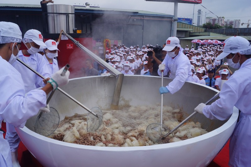 Cận cảnh tô phở bò 1,3 tấn, lớn nhất thế giới của Việt Nam   - ảnh 1