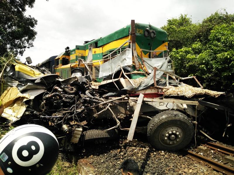 Đường sắt Bắc-Nam tê liệt do xe tải dính chặt tàu lửa - ảnh 2