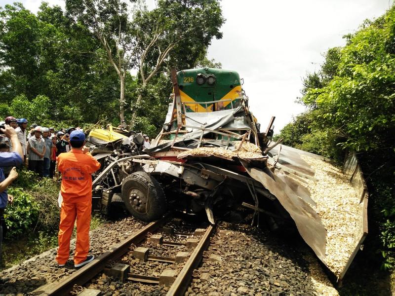 Đường sắt Bắc-Nam tê liệt do xe tải dính chặt tàu lửa - ảnh 3