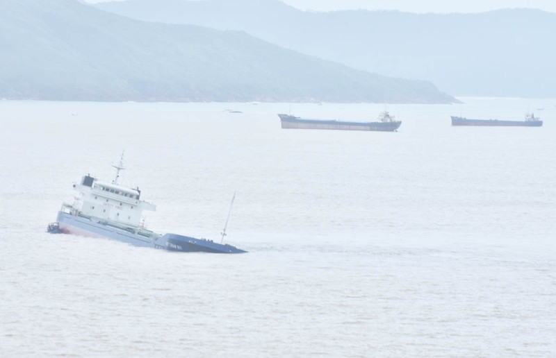 Trục vớt tàu chìm gắn với ứng phó tràn dầu tại Quy Nhơn - ảnh 1