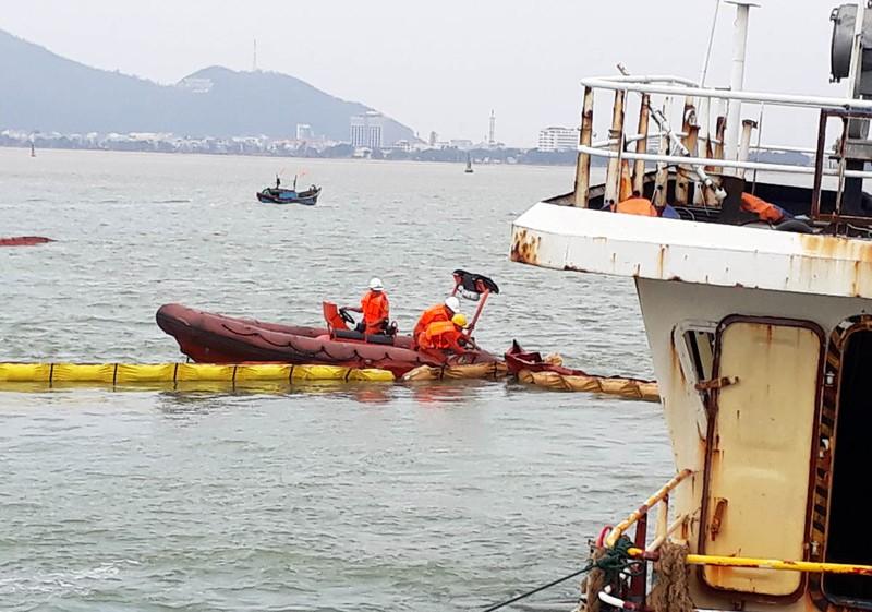 Bắt đầu hút dầu để trục vớt tám tàu chìm ở Quy Nhơn - ảnh 2