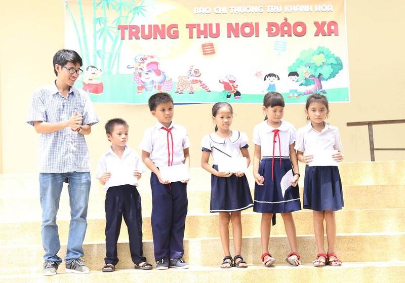 Nhà báo mang Trung thu đến học sinh nơi đảo xa - ảnh 6