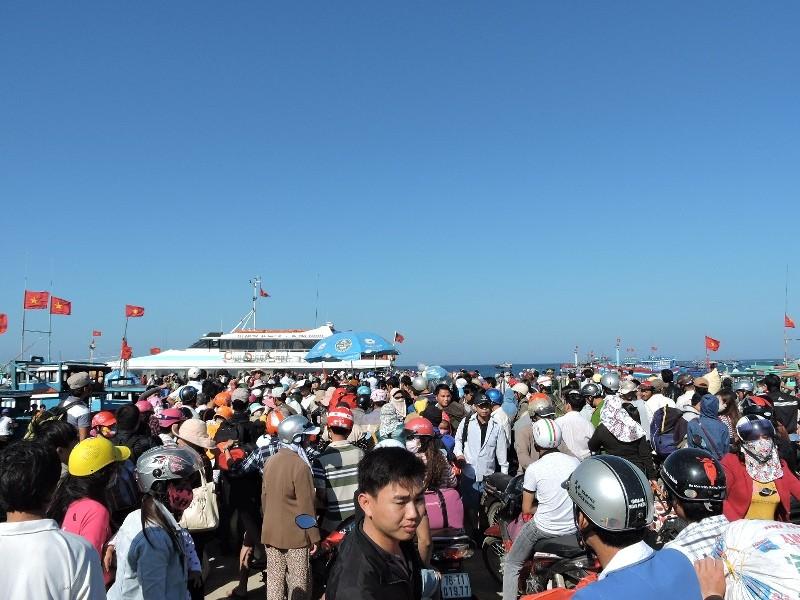 Hơn 4000 khách du xuân đảo Lý Sơn - ảnh 1