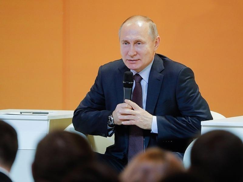 Putin bật cười vì câu hỏi tiếp tục tranh cử năm 2024 - ảnh 1
