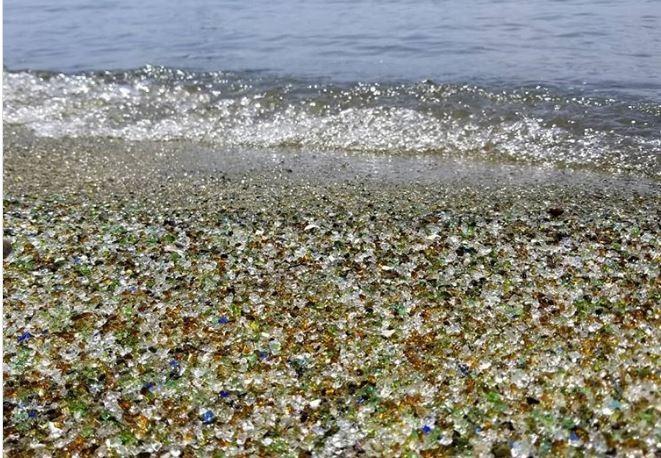 Lạ lùng bãi biển toàn thủy tinh đầy sắc màu - ảnh 4
