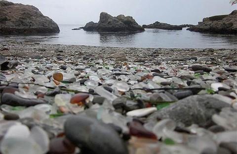 Lạ lùng bãi biển toàn thủy tinh đầy sắc màu - ảnh 1