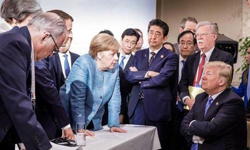 Bức ảnh ông Trump 'đối đầu' lãnh đạo G7 gây sốt cộng đồng mạng - ảnh 1