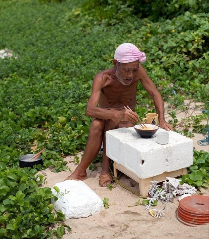 Cụ ông 82 tuổi 30 năm sống 'nude' ngoài hoang đảo - ảnh 1
