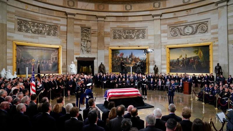 Tổng thống Trump và đệ nhất phu nhân viếng linh cữu Bush cha - ảnh 2