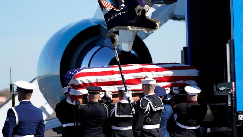 Tổng thống Trump và đệ nhất phu nhân viếng linh cữu Bush cha - ảnh 3