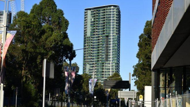 Úc di tản dân sau khi tòa nhà 38 tầng có dấu hiệu nứt - ảnh 1