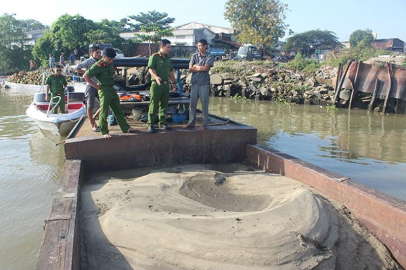 Lợi dụng mọi người mừng chiến thắng hút trộm cát sông Đồng Nai - ảnh 1