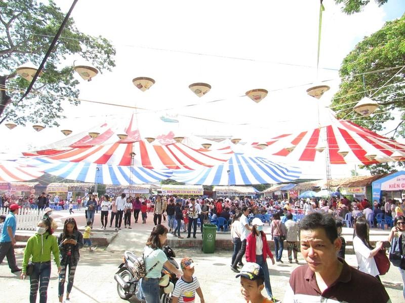 Hàng ngàn người chen nhau đến lễ hội bánh dân gian  - ảnh 7