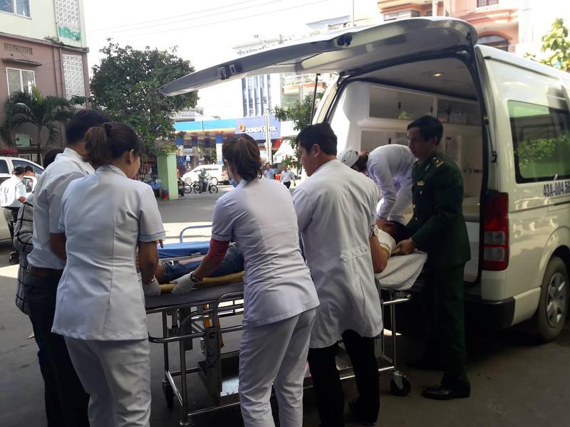 Xe khách rơi trên đèo Hải Vân, 21 sinh viên bị nạn - ảnh 6