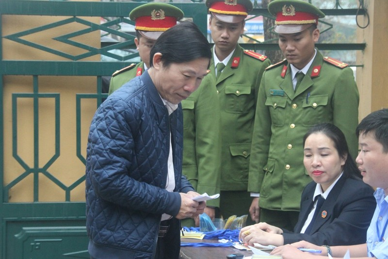 Tòa bắt đầu làm việc, BS Hoàng Công Lương vẫn chưa đến - ảnh 3