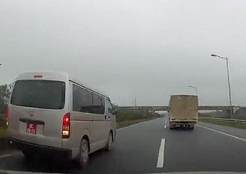 Đình chỉ đại úy lái xe biển đỏ chạy lùi trên cao tốc - ảnh 1