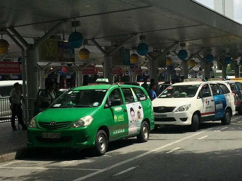 Dẹp nạn chèo kéo khách tại sân bay Tân Sơn Nhất - ảnh 1