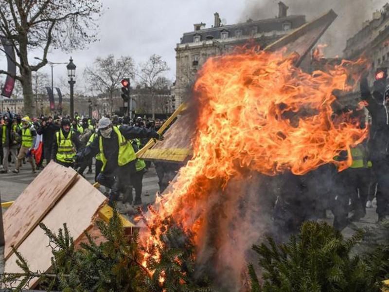 Dân Pháp đòi ông Macron từ chức - ảnh 1