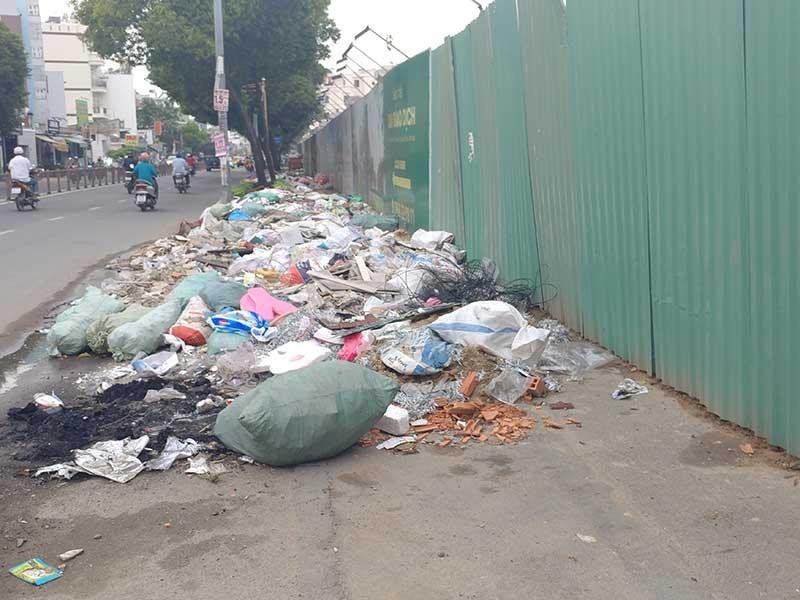 Đường Phan Văn Trị có bãi rác lớn - ảnh 1