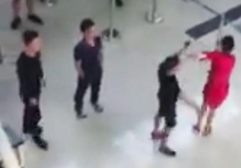 Một nhân viên an ninh hàng không bị taxi dù đánh nhập viện - ảnh 1