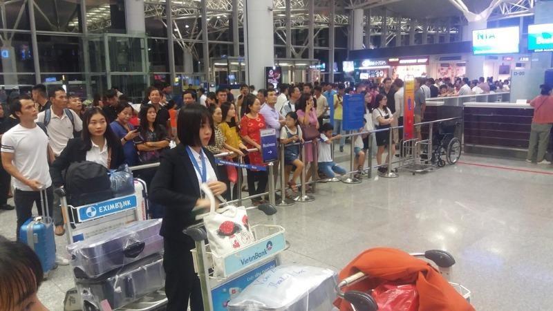 Tết này phải 'tạm biệt người thân sớm' ở sân bay Nội Bài - ảnh 1
