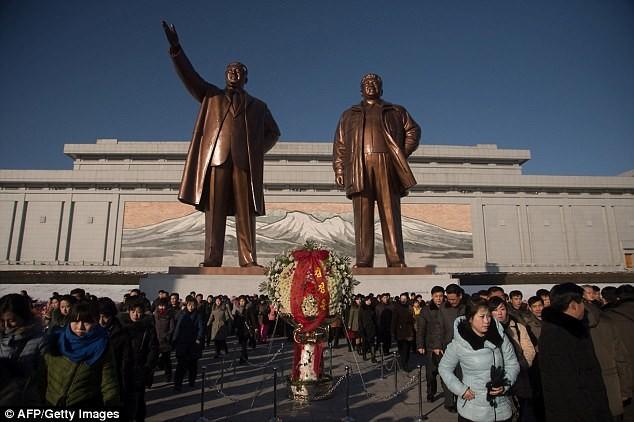 Ông Kim Jong-un lặng người viếng lăng người cha quá cố - ảnh 2