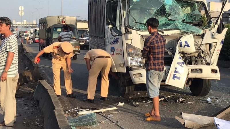 Quận 12: Xe tải tông vào nhà dân sau va chạm liên hoàn - ảnh 1