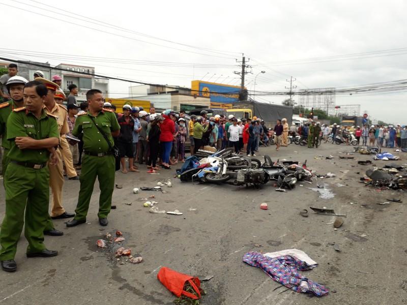 Xe container tông hàng chục xe dừng đèn đỏ, nhiều người chết - ảnh 2