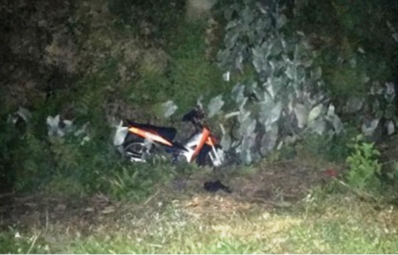 Ném mũ bảo hiểm vào người đi xe máy, bị khởi tố tội giết người - ảnh 1