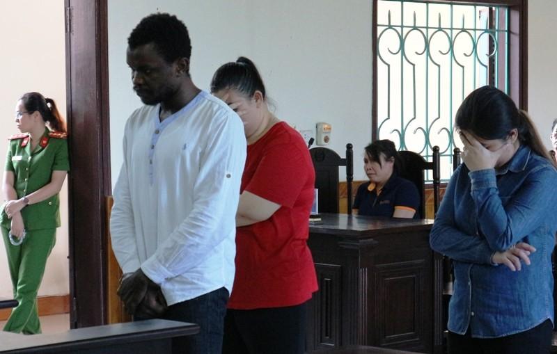 Hai cô gái liên kết với chàng trai da đen lừa đảo cùng hầu tòa - ảnh 1