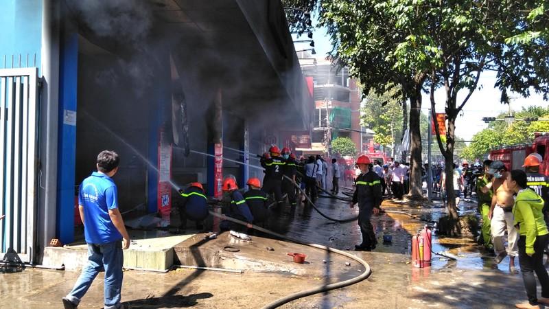 Cháy dữ dội cửa hàng xe máy ở TP.Mỹ Tho - ảnh 2
