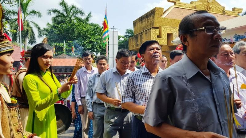 Hàng ngàn người đổ về Suối Tiên dâng hương ngày giỗ Tổ - ảnh 9