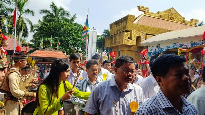 Hàng ngàn người đổ về Suối Tiên dâng hương ngày giỗ Tổ - ảnh 10