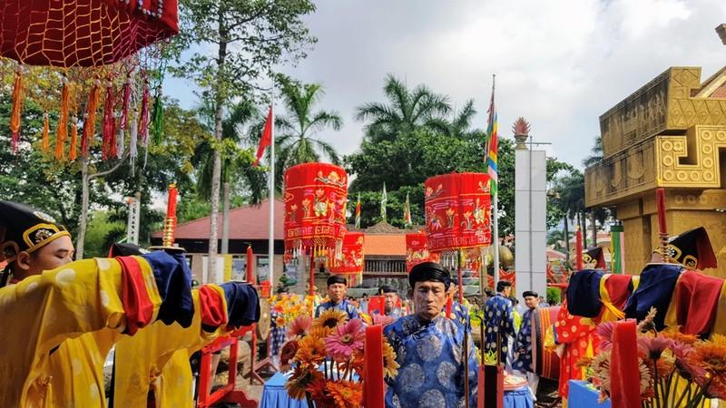 Hàng ngàn người đổ về Suối Tiên dâng hương ngày giỗ Tổ - ảnh 3