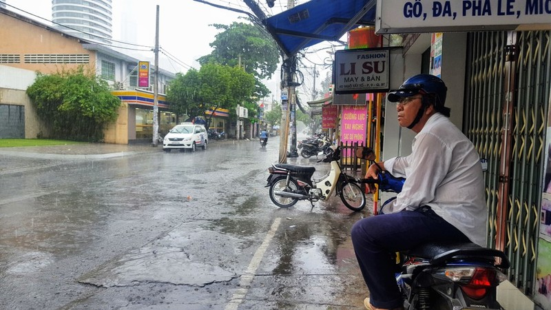 Người Sài Gòn hả hê với cơn mưa bất chợt - ảnh 2