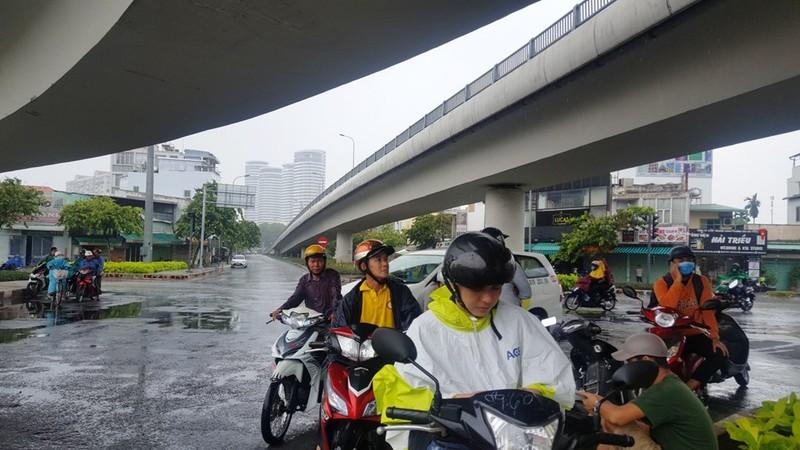 Người Sài Gòn hả hê với cơn mưa bất chợt - ảnh 5