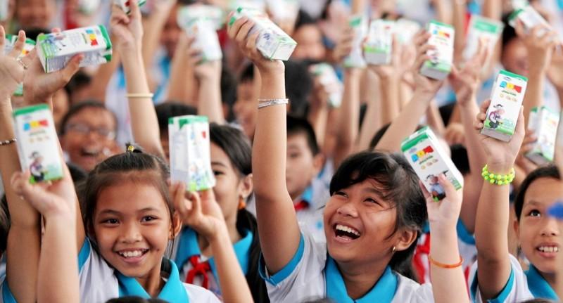 Vinamilk trao 76.500 ly sữa nhân ái cho trẻ em Vĩnh Long - ảnh 1