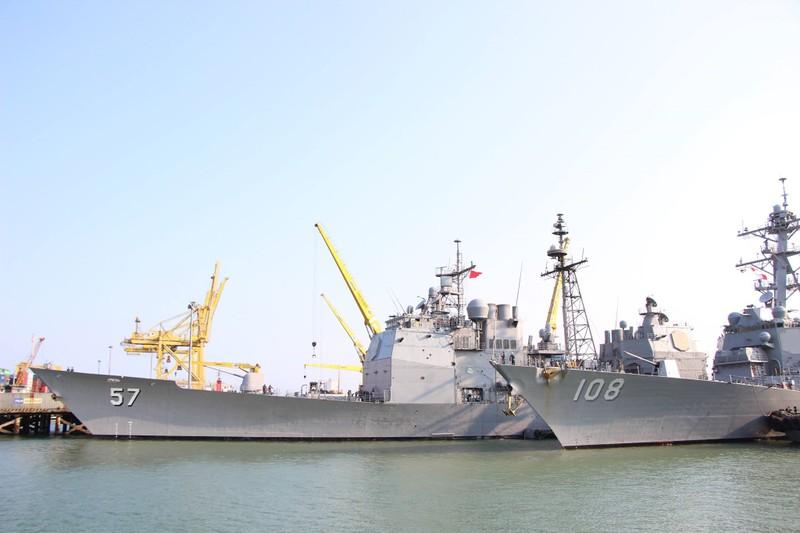 Uy lực 2 chiến hạm hộ tống tàu sân bay Mỹ đến Đà Nẵng - ảnh 1