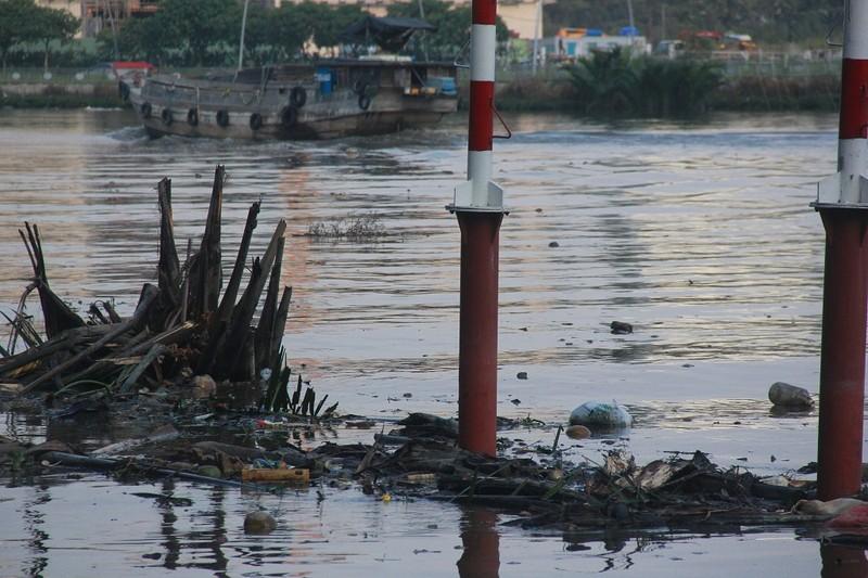 Thản nhiên hóng mát, câu cá trên khúc kênh đầy rác - ảnh 3