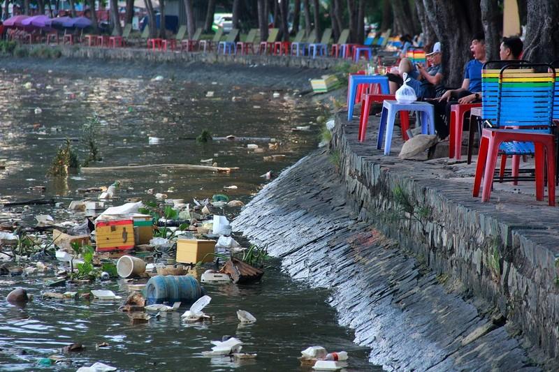 Thản nhiên hóng mát, câu cá trên khúc kênh đầy rác - ảnh 5